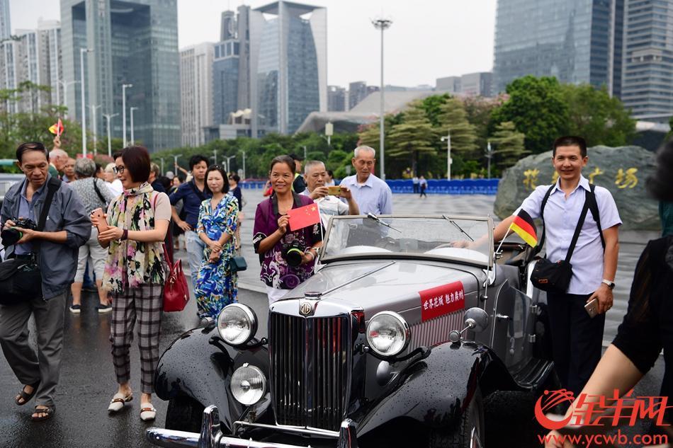 """10月13日上午,广州花城广场上,20辆从德国长途跋涉而来的老爷车""""洋气""""亮相,引吸了大量市民前来拍照。金羊网记者 邓勃"""
