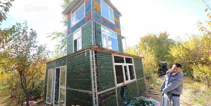 男子用5万个酒瓶盖三层小别墅 耗时4个月