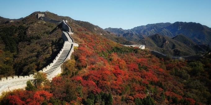 """气温骤降""""激""""出京城第一抹红色 航拍八达岭红叶艳丽夺目"""