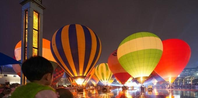 中国热气球表演赛暨飞行体验活动点火仪式在贵州兴义举行