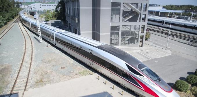 """超长版""""复兴号""""亮相北京 车身长439米可坐1283人"""