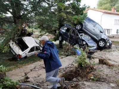 法国暴雨引发水灾 汽车上树现场一片狼藉