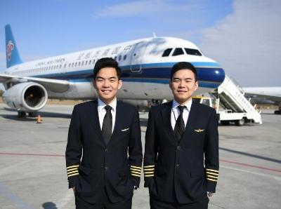 孿生兄弟自小立志當飛行員 長大後雙雙成為民航機長
