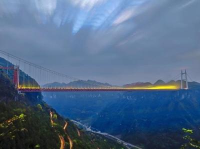湘西矮寨大桥与盘山公路车轨交相辉映蔚为壮观