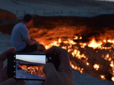 """实拍土库曼斯坦""""地狱之门"""" 游客""""地狱火""""前思考人生"""