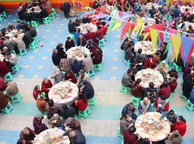 四川泸州近千名老人同餐 坝坝宴上话重阳