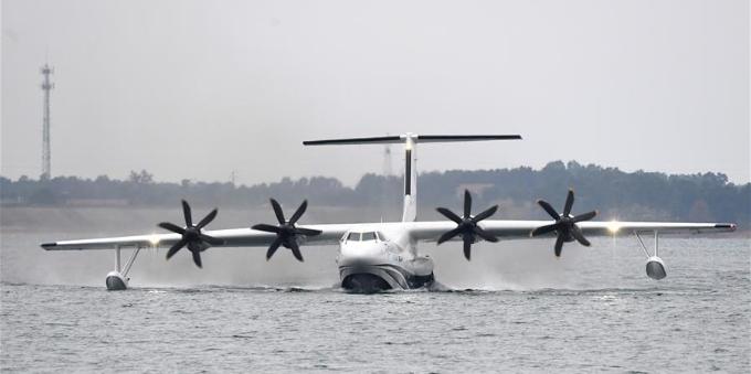 """大国展翼 中国造""""鲲龙""""AG600进行首次水上飞行"""