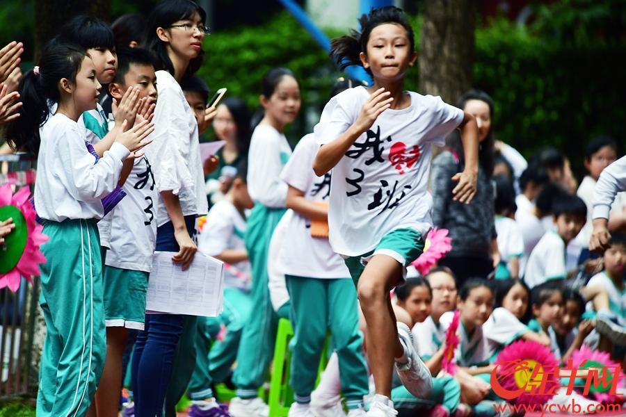 """10月22日,广州市体育东路小学东校区举行了一年一度的体育盛会""""享受运动 让运动成为习惯"""",小学生们在跳绳、接力赛、投沙包、跳远、赛跑等项目中各展所长,活力十足,收获了欢乐和成长。文/图 金羊网记者 邓勃"""