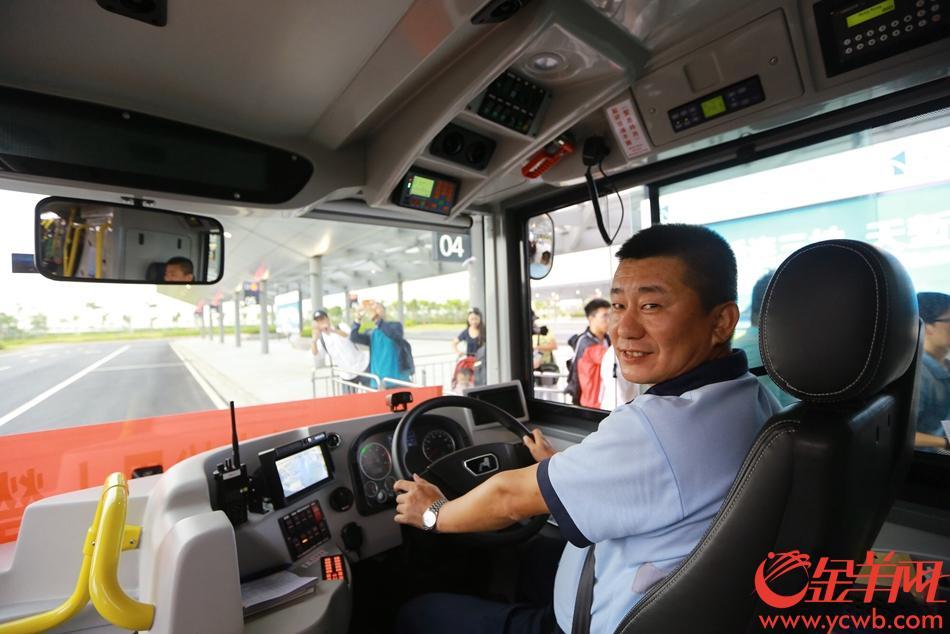 图为港珠澳大桥,珠海至香港穿梭巴士运营首发班车 金羊网记者   摄