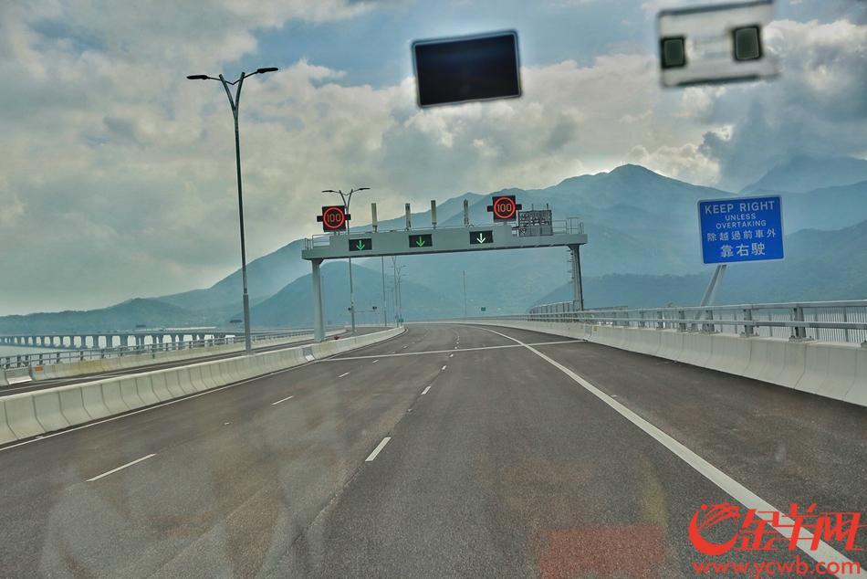 24日,港珠澳大桥正式通车,首班由珠海开往香港的穿梭巴士经过港