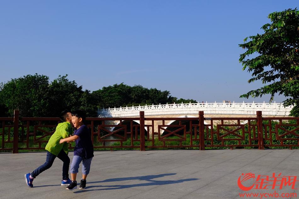 """今日(27日),广州天气晴朗,阳光灿烂,一扫多日""""灰雾"""",市民纷纷外出""""晒太阳"""",记者用无人机拍下花城美景,让人陶醉。金羊网记者 陈秋明 摄影报道"""