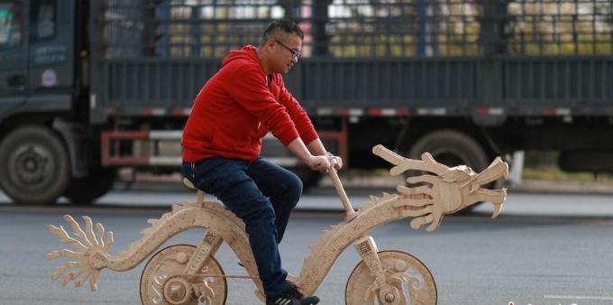 辽宁小伙2.2万根雪糕棍打造自行车 骑行上路能喷火