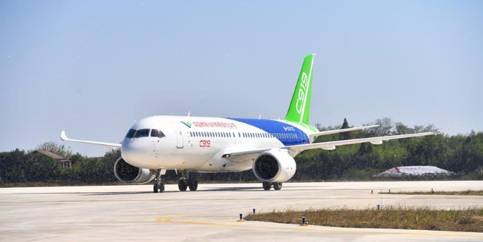 C919大型客机转场南昌瑶湖机场试飞