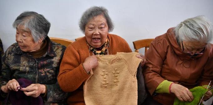 """云南""""毛衣奶奶""""们手织百余件毛衣送贫困学生"""