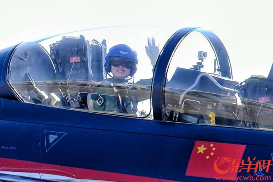 """珠海举行的第12届中国航展,每天上演精彩绝伦的飞行表演,十分震撼,让观众拍手叫绝。驾驶飞机在蓝天彩绘的""""飞机师"""",你有没有见到呢,就让记者的长焦镜头带大家一睹他们的真容,当中还有美女""""飞机师""""呢。 金羊网记者 陈秋明 摄影报道"""