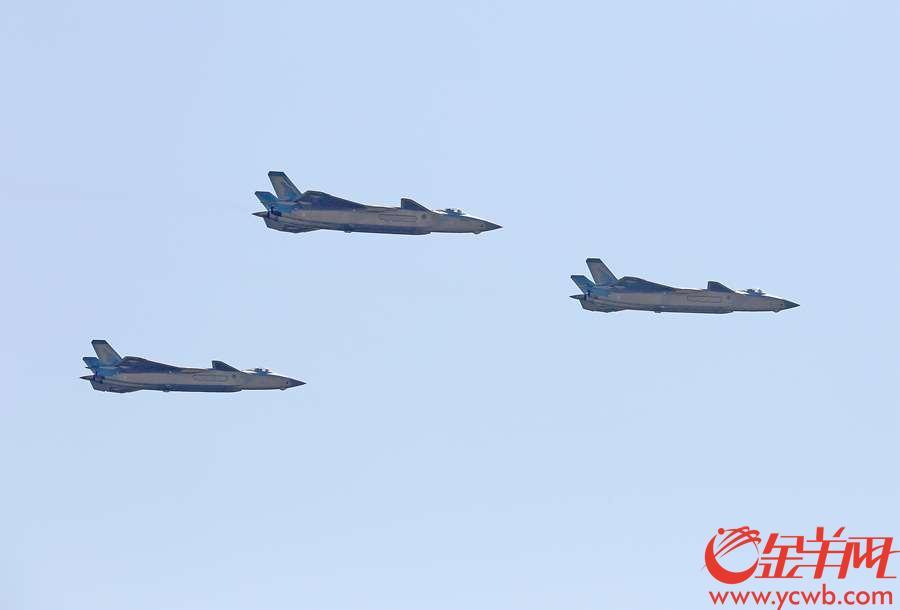 2018年11月6日,第十二届珠海航展开幕,图为歼20在本届航展上亮相飞行。 沙龙国际网站记者 汤铭明 摄