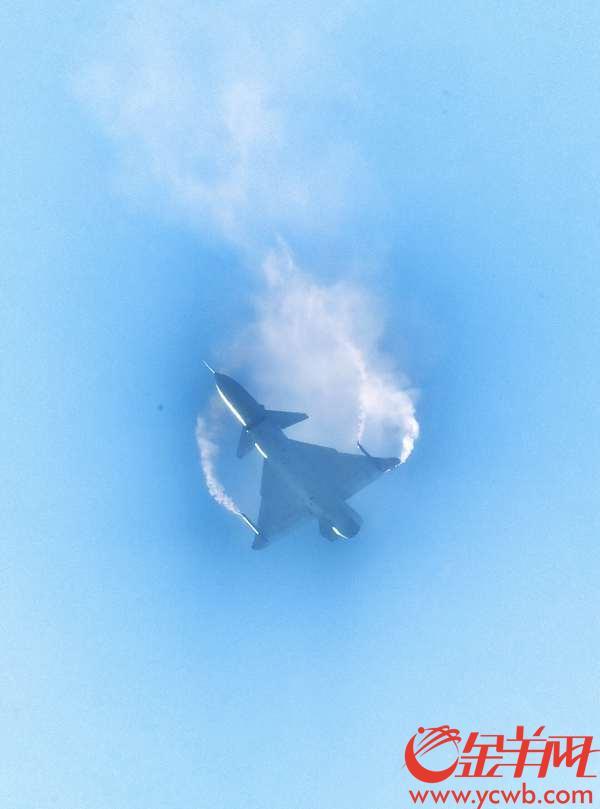 """2018年11月6日,中国航展上一架装备了矢量发动机的歼10B战斗机,在空中做出了""""眼镜蛇""""、高空失速、无半径转弯等高难度机动表演。 金羊网记者 汤铭明 摄"""