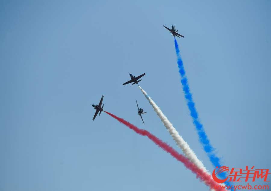 2018年11月6日,第十二届珠海航展开幕,图为红鹰表演队的教-8飞机编队
