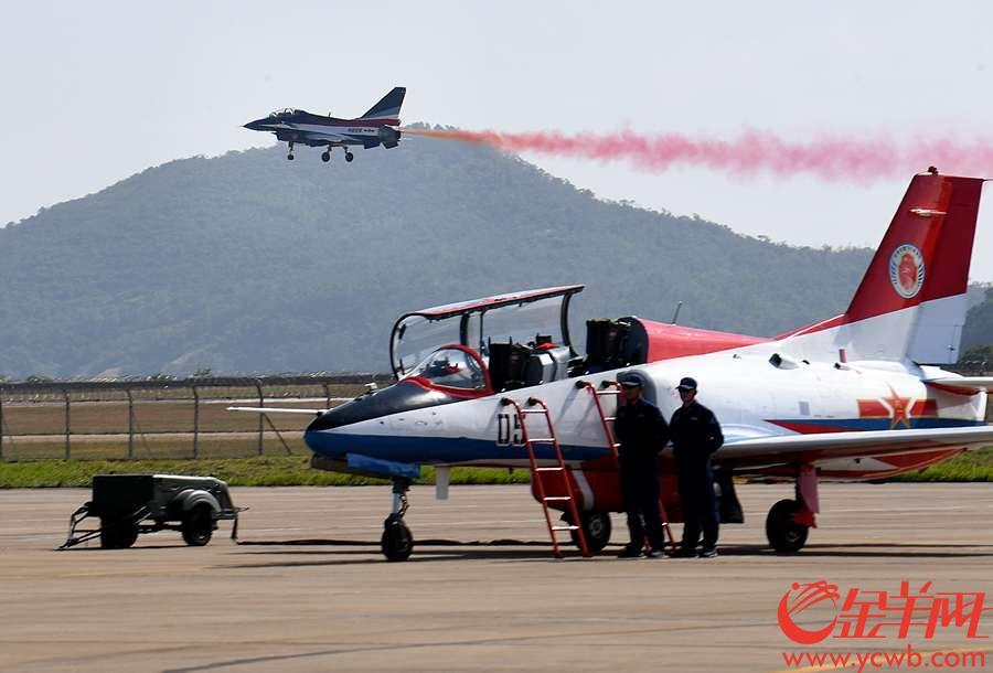 2018年11月6日,第十二届珠海航展开幕,图为八一飞行表演队的歼-10A战机飞行表演。 沙龙国际网站记者 汤铭明 摄