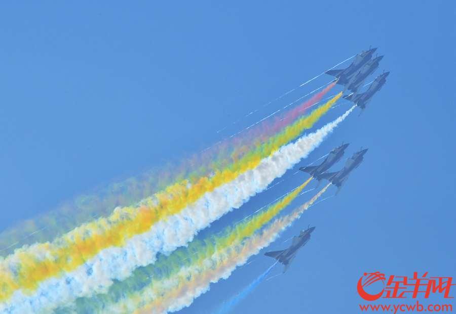"""2018年11月6日,中国空军八一飞行队的卖力表演,在空中演绎了多彩的""""舞姿""""沙龙国际网站记者 黄巍俊 摄"""