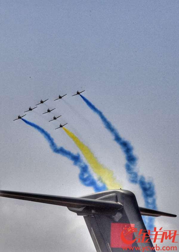 """2018年11月6日,中国航展在广东珠海开幕。来自中国空军航空大学的""""红鹰""""飞行表演队,在蔚蓝的天际展示着代表中国空军最高水平的飞行表演。 金羊网记者 黄巍俊 摄"""