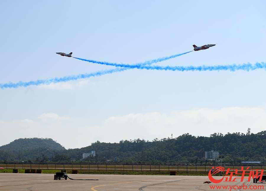 2018年11月6日,第十二届珠海航展开幕,图为红鹰表演队的教-8飞机编队在飞行展示。 金羊网记者 汤铭明 摄
