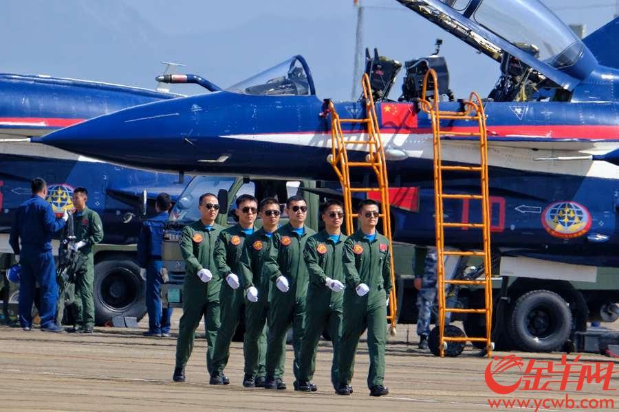 """珠海举行的第12届中国航展,每天上演精彩绝伦的飞行表演,十分震撼,让观众拍手叫绝。驾驶飞机在蓝天彩绘的""""飞机师"""",你有没有见到呢,就让记者的长焦镜头带大家一睹他们的真容,当中还有美女""""飞机师""""呢。沙龙国际网站记者 陈秋明 摄影报道"""
