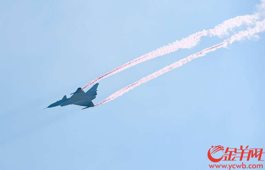 """2018年11月6日,中国航展上一架装备了矢量发动机的歼10B战斗机,在空中做出了""""眼镜蛇""""、高空失速、无半径转弯等高难度机动表演。 沙龙国际网站记者 汤铭明 摄"""