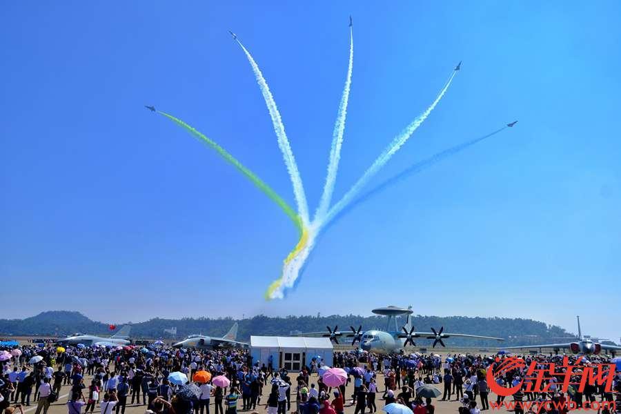 11月7日,在珠海举行的第12届中国航展进入专业日第二天。晴空万里,八一、红鹰表演队的战机以蓝天作画板,变幻出一幅幅美妙的彩绘,让观众陶醉。金羊网记者 陈秋明 摄影报道