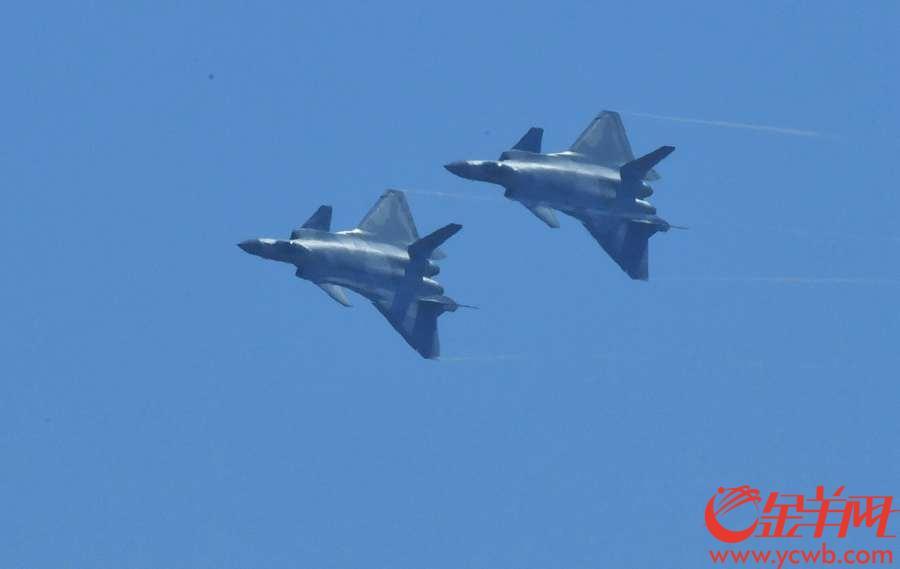 2018年11月6日,第十二届珠海航展开幕,图为歼20在本届航展上亮相飞行。 沙龙国际网站记者 黄巍俊 摄
