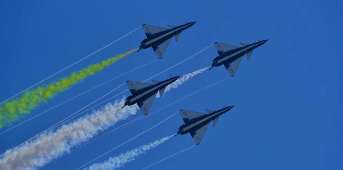 蓝天彩绘——八一、红鹰表演队亮相飞行