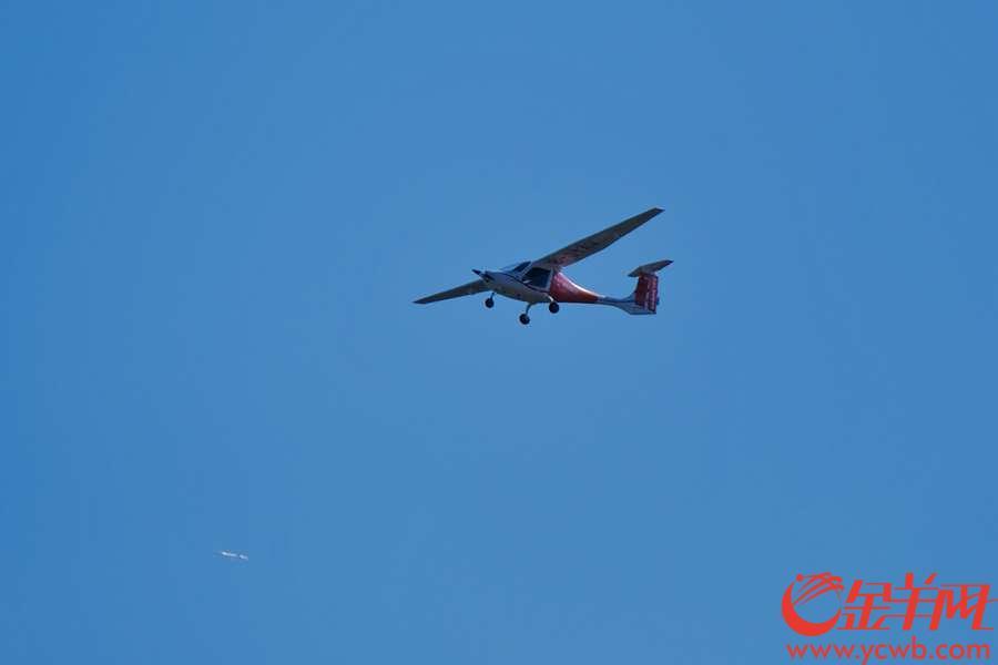 """珠海举行的第12届中国航展,每天上演精彩绝伦的飞行表演,十分震撼,除了八一、红鹰表演队,这些飞机的飞行表演同样吸引眼球。 这小可爱国产飞机""""无声""""的,因为是电动的,最大航时2小时呢。金羊网记者  陈秋明  摄"""