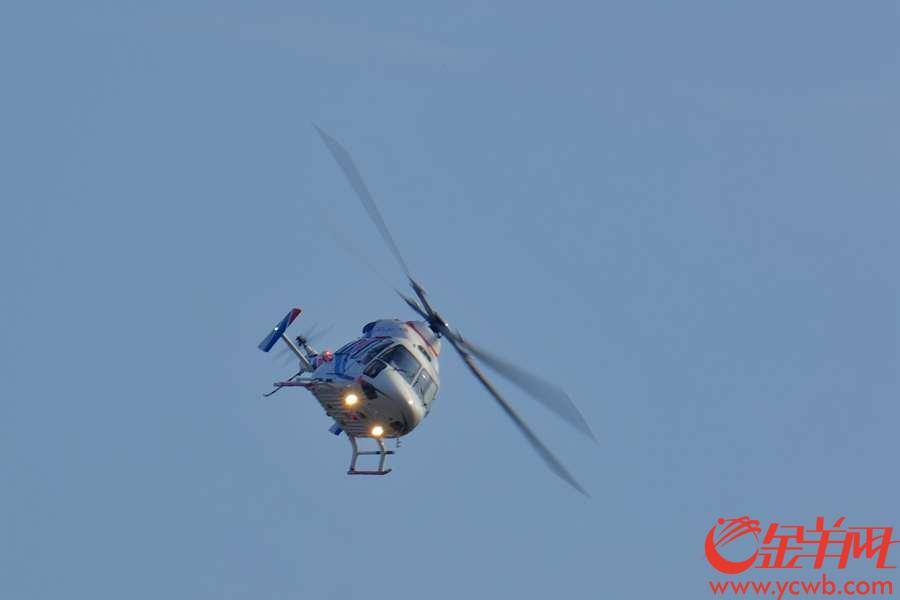 """珠海举行的第12届中国航展,每天上演精彩绝伦的飞行表演,十分震撼,除了八一、红鹰表演队,这些飞机的飞行表演同样吸引眼球。 俄罗斯直升机在空中""""左摆右摇""""的十分可爱。金羊网记者  陈秋明  摄"""