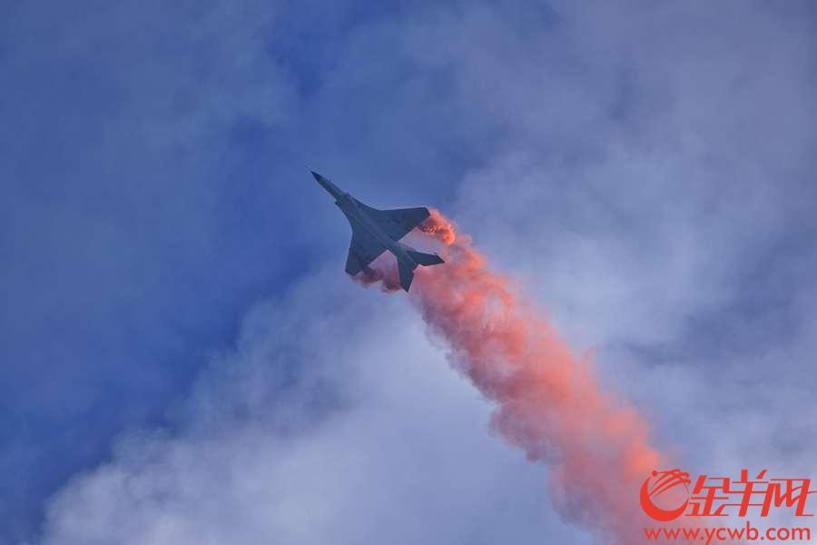 珠海举行的第12届中国航展,每天上演精彩绝伦的飞行表演,十分震撼,除了八一、红鹰表演队,这些飞机的飞行表演同样吸引眼球。 中国国产FTC-2000G战机表演强大的机动性能。金羊网记者  陈秋明  摄