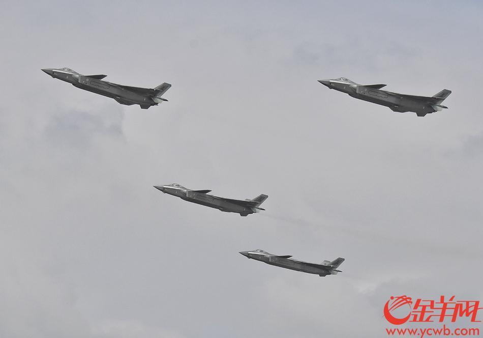 今天(11日)上午,歼20四机编队首次在珠海进行表演 记者 汤铭明 摄