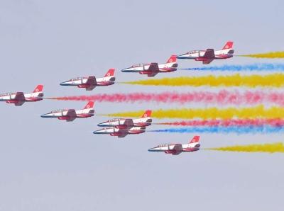 珠海航展最后一天 空军节飞行表演精彩纷呈