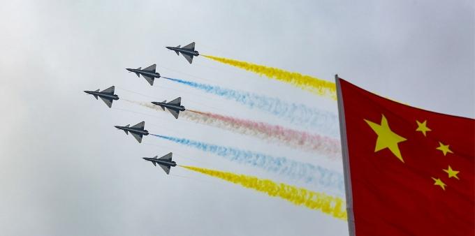 心系国旗 八一飞行表演队献礼空军成立69周年