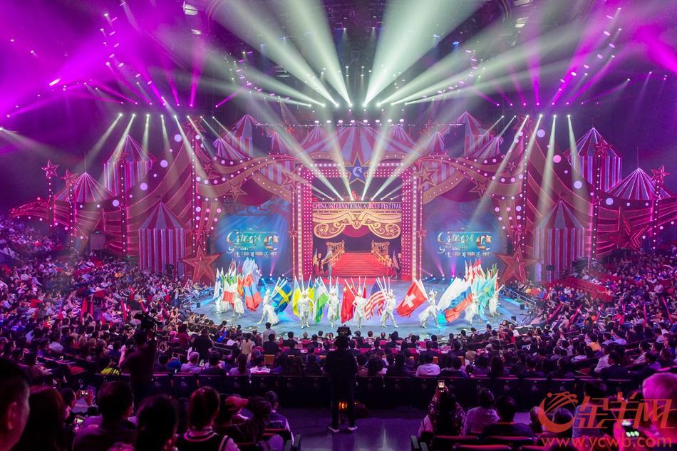 """2018年11月23日晚,第五届中国国际马戏节闭幕式暨优秀节目汇演,在珠海长隆横琴国际马戏城举行。本届马戏节齐聚五大洲、近20个国家的25支世界级顶尖马戏团队,举行了12场正式演出,在珠海、香港和澳门共举办了4场文化惠民演出,其中包括创新推出了国际马戏流动巴士在珠海三大城市地标进行""""马戏快闪"""",为珠港澳市民送上精彩绝伦的马戏文化盛宴。金羊网记者 宋金峪 摄"""
