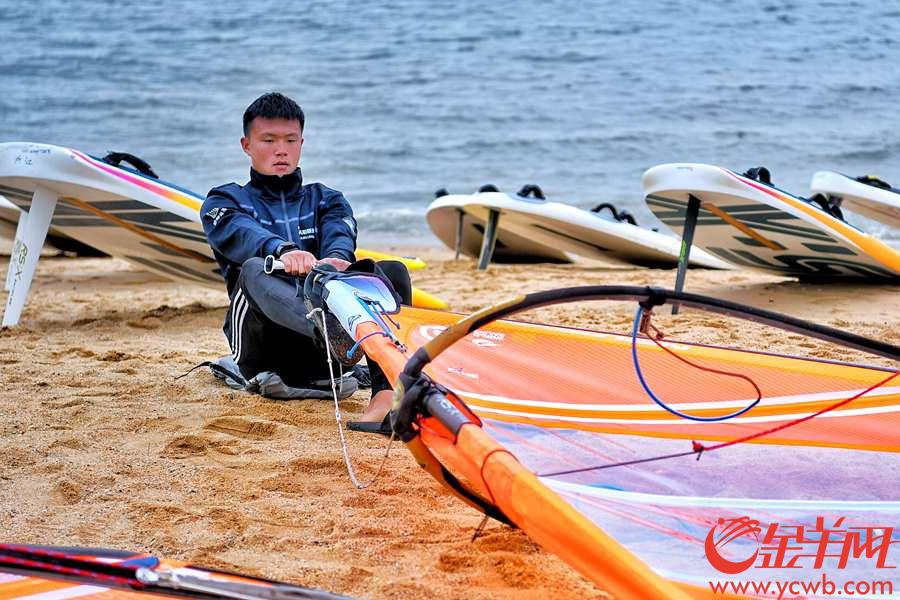 2018年11月26日,正式比赛日第二日,各国选手在海滩上紧锣密鼓地调试装备,准备出海比赛。 金羊网记者 周巍 摄