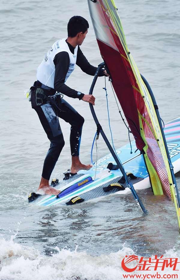 2018年11月26日,正式比赛日第二日,选手们争相竞渡,百舸争流,海面不远处就是雄伟的港珠澳大桥。金羊网记者 周巍 摄