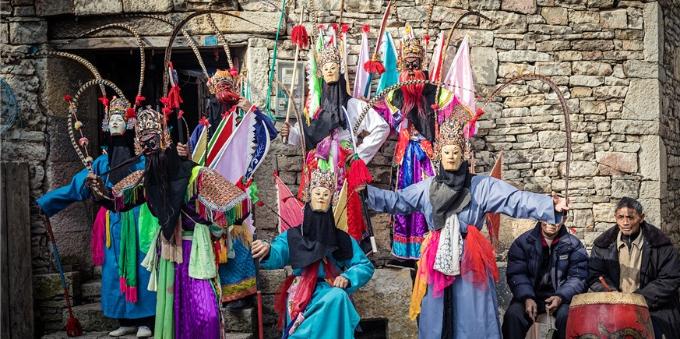 90后女子带领6旬地戏面具传统手艺人走出新思路