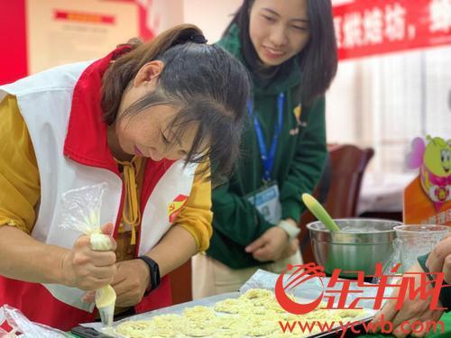 广东:蜂巢曲奇赠困难群体 志愿之香飘散社区