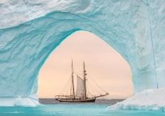 美呆!雙桅帆船經過格陵蘭島冰山拱門之中