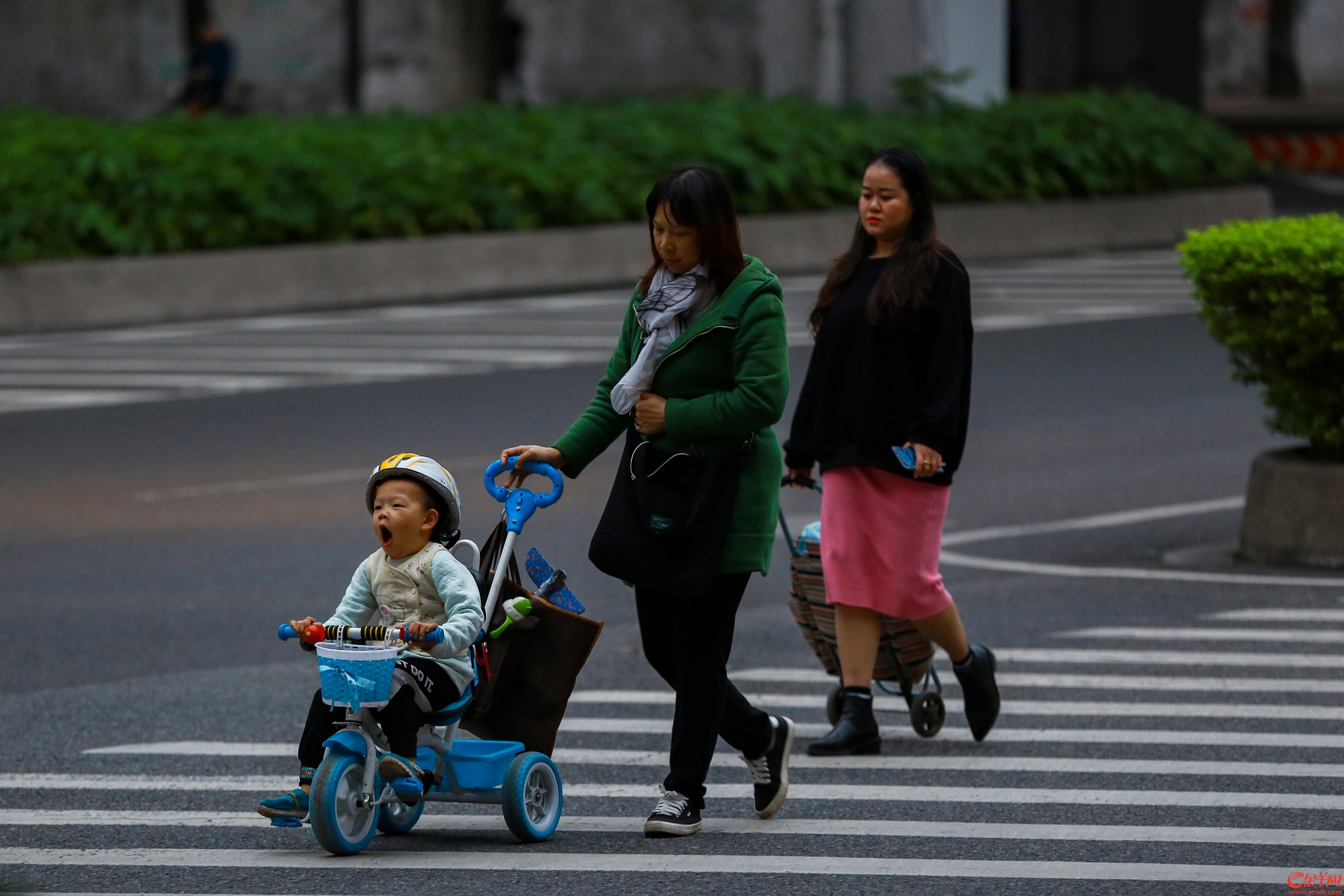 2018年12月7日,受冷空气影响,广州市区大面积降温,街头可见不少市民穿上了羽绒服和大衣防寒 记者 宋金峪 摄