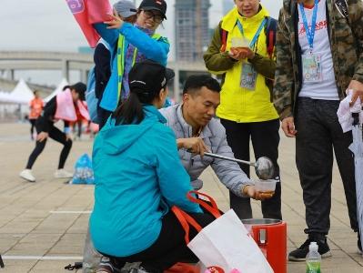 风雨中广马志愿者的姜汤 暖彻人心