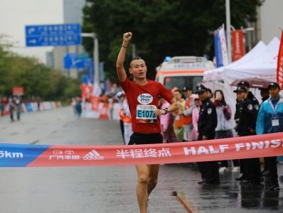 2018广马半程马拉松,第一位冲线者产生