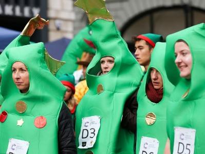英国举办圣诞布丁赛跑活动 另类竞速趣味十足