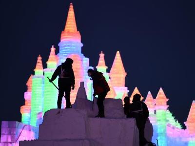 第二十届哈尔滨冰雪大世界开园迎客 施工人员:告别光彩世界,留下美丽身影