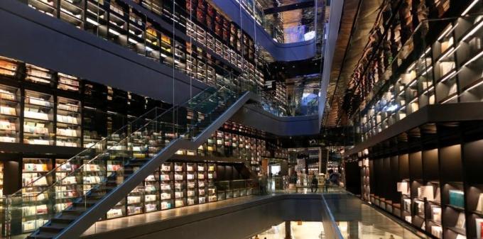 西安梦幻玻璃书墙走红 长240米高18米藏书超38万