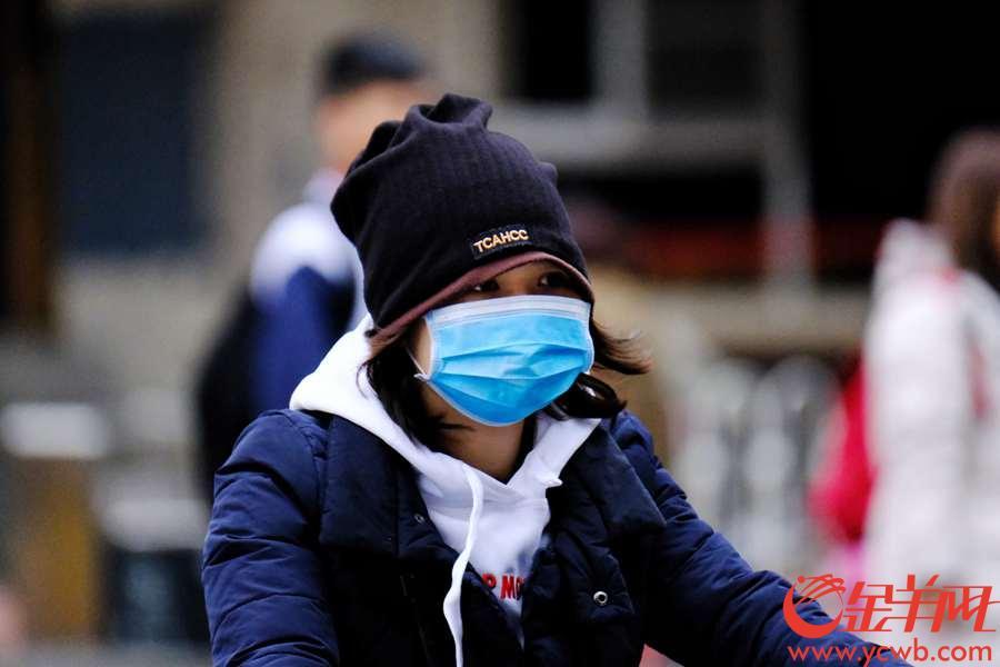 """今早(29日),广州继续降温,温度跌到个位数,只有9度,而且寒风凛冽,街坊们都""""裹严实""""出街。据了解,广州气温还将下降,请市民做好防寒。金羊网记者 陈秋明 摄"""